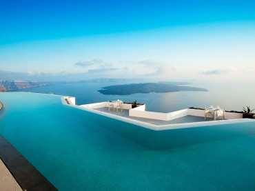 The infinity pool at Grace Hotel in Santorini