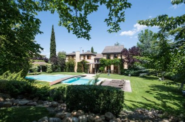 Exclusive villa with large garden near Madrid